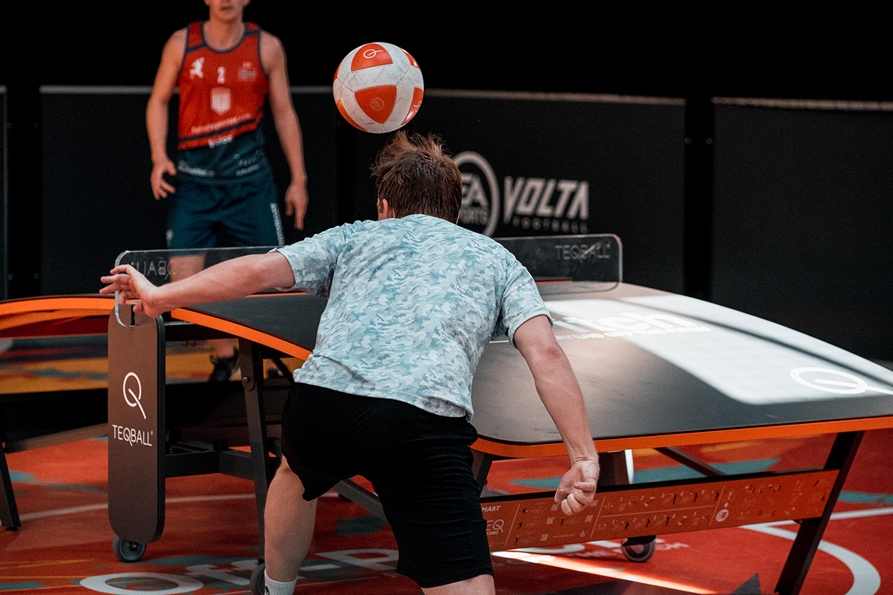 To utøvere som spiller Teqball over et buet bord